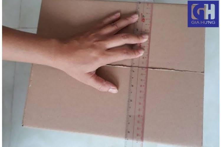Đo chiều rộng thùng carton