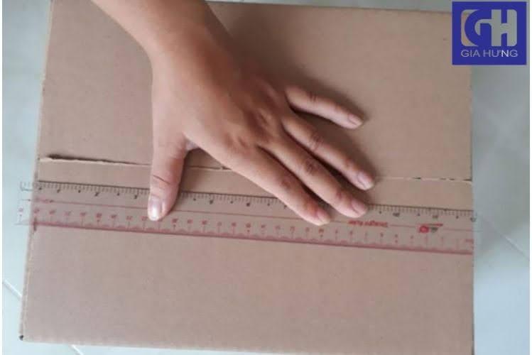 Đo chiều dài thùng carton